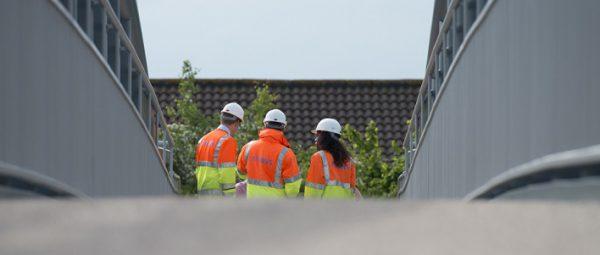 Medarbetare på bro