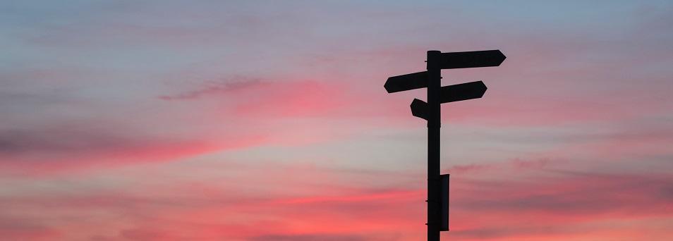 Vägskylt i solnedgång